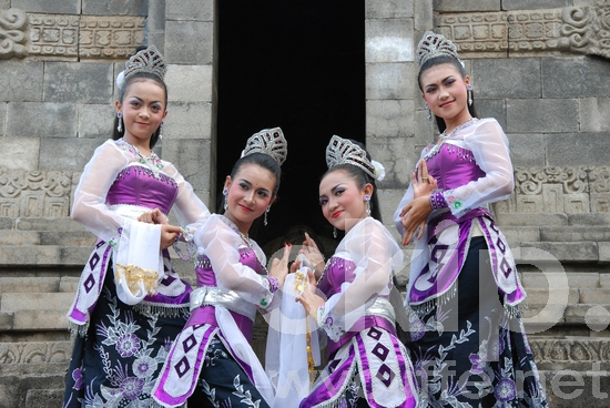 Dancers;Indonesian;Traditional Attire;Traditional Outfits