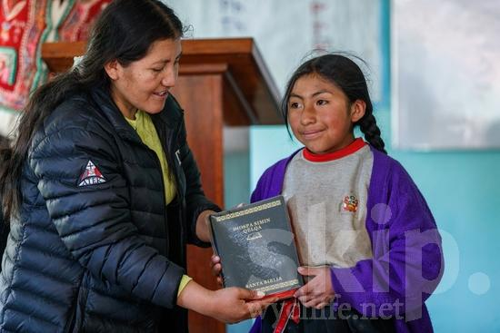 Believer;Bible;Book;Building;COUNTRY;Child;Christian;Christianity;Church;Girl;PEOPLE;PLACE;Peru;Peruvian;Perú;Portrait;Pérou;Quechua;RELIGION;Smile;South America;South American;Student;TITLE;Teacher;Woman;Young;[que];bâtiment;chrétien;chrétienne;crentes;creyentes;criança;cristianas;cristianos;cristãos;cristãs;croyant;croyante;edificio (noun);enfant;enseignant;enseignante;femme;fille;jeune;jovem;joven;libro;livre;livro;maestra;maestro;menina;mujer;mulher;niña;niño;portrait;professor;professora;prédio;religião;religión;retrato;sonreír;sorriso;sourire;Перу;クリスチャン;ポートレート;人像;信徒;信者;先生;兒童(一人);基督徒;女の子;女人;女孩;女性;子供;宗教;年輕;建物;建築物;微笑;教師;書;本;秘鲁;笑顔;若い;페루