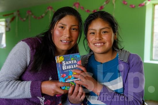 Believer;Bible;Book;COUNTRY;Child;Christian;Christianity;Church;Girl;PEOPLE;PLACE;Peru;Peruvian;Perú;Portrait;Pérou;Quechua;RELIGION;Smile;South America;South American;Student;TITLE;Teacher;Woman;Young;[que];chrétien;chrétienne;crentes;creyentes;criança;cristianas;cristianos;cristãos;cristãs;croyant;croyante;enfant;enseignant;enseignante;femme;fille;jeune;jovem;joven;libro;livre;livro;maestra;maestro;menina;mujer;mulher;niña;niño;portrait;professor;professora;religião;religión;retrato;sonreír;sorriso;sourire;Перу;クリスチャン;ポートレート;人像;信徒;信者;先生;兒童(一人);基督徒;女の子;女人;女孩;女性;子供;宗教;年輕;微笑;教師;書;本;秘鲁;笑顔;若い;페루