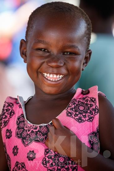 Africa;African;Afrika;COUNTRY;Child;Girl;L\'Afrique;Ouganda;PEOPLE;Portrait;Smile;Uganda;Young;africain;africaine;africana;africano;criança;enfant;fille;jeune;jovem;joven;menina;niña;niño;portrait;retrato;sonreír;sorriso;sourire;{kbo};África;Африка;Уганда;アフリカ人;ポートレート;乌干达;人像;兒童(一人);女の子;女孩;子供;年輕;微笑;笑顔;若い;非洲;非洲人;아프리카;우간다
