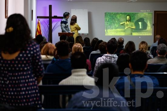 (sordas);Animation;Believer;COUNTRY;Catalan Sign Language;Christian;Christianity;Church;Cross;Deaf;Europa;Europe;Eye-glasses;Flag;Hand;L\'Europe;Man;PEOPLE;PLACE;Pastor;RELIGION;Sign Language;Sourd;Sourde;Spanish;Technology;Woman;[csc];bandeira;bandera;chrétien;chrétienne;crentes;creyentes;cristianas;cristianos;cristãos;cristãs;croyant;croyante;drapeau;femme;gafas;hombre;homem;homme;lunettes;main;mano;mujer;mulher;mão;religião;religión;sordos;surda;surdo;óculos;Европа;ろう者;クリスチャン;信徒;信者;基督徒;女人;女性;宗教;手;手(一隻);旗;欧洲;男人;男性;眼鏡;聾人;유럽