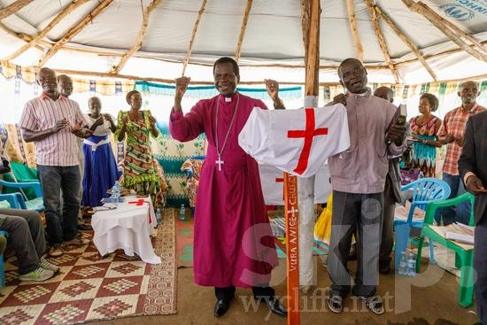chanson;Africa;African;Afrika;Believer;Bible;Bible Translator;Book;COUNTRY;Christian;Christianity;Church;Cross;L\'Afrique;Man;Ouganda;PEOPLE;PLACE;Pastor;RELIGION;Sing;Smile;Song;Translator;Uganda;Woman;Worship;Wycliffe;africain;africaine;africana;africano;canción;cantar;canção;chant, cantique;chanter;chrétien;chrétienne;crentes;creyentes;cristianas;cristianos;cristãos;cristãs;croyant;croyante;femme;hombre;homem;homme;libro;livre;livro;mujer;mulher;religião;religión;sonreír;sorriso;sourire;traducteur;traducteur de la Bible;traductor;traductor de la Biblia;traductora;traductora de la Biblia;traductrice;traductrice de la Bible;tradutor;tradutor da Bíblia;tradutora;tradutora da Bíblia;{kbo};África;Африка;Уганда;アフリカ人;ウイクリフ;クリスチャン;乌干达;信徒;信者;唱歌;基督徒;女人;女性;威克理夫;宗教;微笑;書;本;歌;歌う;歌曲;男人;男性;笑顔;翻訳者;翻譯員;聖書翻訳者;聖經翻譯員;非洲;非洲人;아프리카;우간다