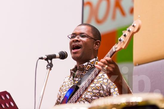 African;Burkinabe;ICON;Look!2012;Man;SIL International Conference;Wycliffe Global Gathering;africain;africaine;africana;africano;glasses;guitar;hombre;homem;homme;microphone;musical instrument;sing;worship;アフリカ人;男人;男性;非洲人