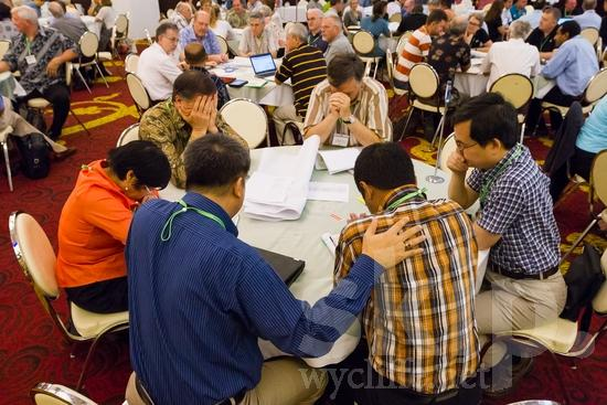 American;Asian;Filipino;ICON;Indonesian;Look!2012;Man;North American;SIL International Conference;Wycliffe Global Gathering;hombre;homem;homme;pray;woman;男人;男性