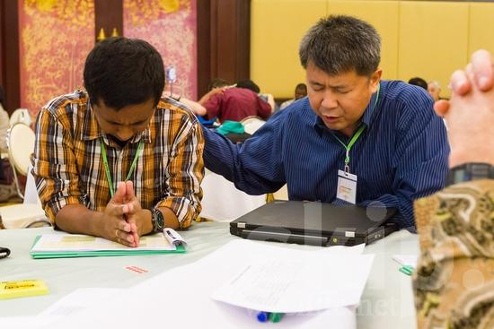 Asian;Filipino;ICON;Indonesian;Look!2012;Man;SIL International Conference;Wycliffe Global Gathering;hombre;homem;homme;pray;男人;男性