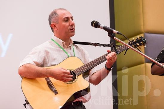 Argentinian;ICON;Look!2012;Man;SIL International Conference;South American;Wycliffe Global Gathering;guitar;hombre;homem;homme;microphone;musical instrument;sing;男人;男性