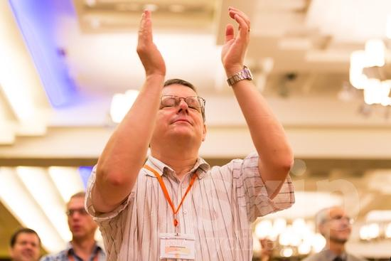 British;European;ICON;Look!2012;Man;SIL International Conference;Wycliffe Global Gathering;glasses;hand raised;hombre;homem;homme;男人;男性