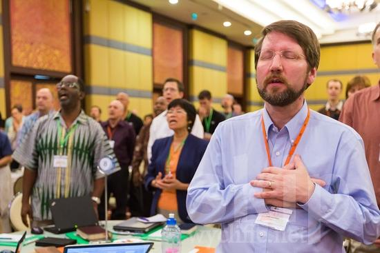 American;ICON;Look!2012;Man;North American;SIL International Conference;Wycliffe Global Gathering;beard;glasses;hombre;homem;homme;pray;男人;男性