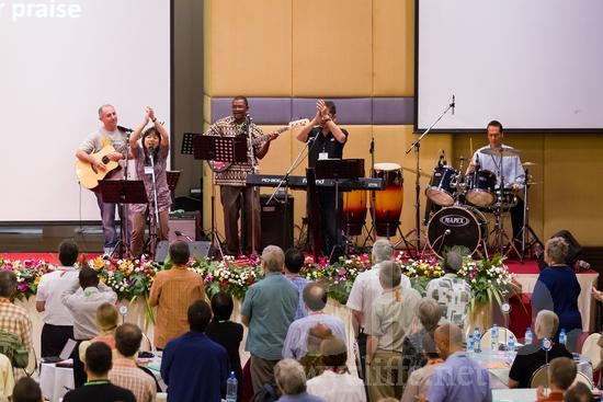 African;Argentinian;Asian;Burkinabe;ICON;Look!2012;Malaysian;Man;SIL International Conference;South American;Wycliffe Global Gathering;africain;africaine;africana;africano;clapping;hombre;homem;homme;microphone;musical instrument;singing;woman;worship;アフリカ人;男人;男性;非洲人