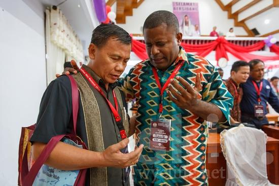 Asia;Asian;Asien;Believer;COUNTRY;Christian;Christianity;Church;Community;Conference;Fredrik Wowor;Gathering;Hand;Indonesia;Indonesian;Indonesien;Indonésia;Indonésie;Indonésien;Indonésienne;L\'Asie;Man;NAMES;PEOPLE;PLACE;Pray;RELIGION;Wycliffe;[ind];asiatique;asiática;asiático;chrétien;chrétienne;communauté, population;comunidad;comunidade;conferencia;conferência;conférence;crentes;creyentes;cristianas;cristianos;cristãos;cristãs;croyant;croyante;encontro;encuentro;hombre;homem;homme;indonesa;indonés;indonésia;indonésio;main;mano;mão;orar;prier;rassemblement;religião;religión;Ásia;Азия;Индонезия;アジア人;インドネシア人;ウイクリフ;カンファレンス;クリスチャン;コミュニティー;亚洲;亞洲人;信徒;信者;印尼;印尼土著;基督徒;大會;威克理夫;宗教;手;手(一隻);男人;男性;社區;祈り;禱告;聚會;集まり;아시아;인도네시아
