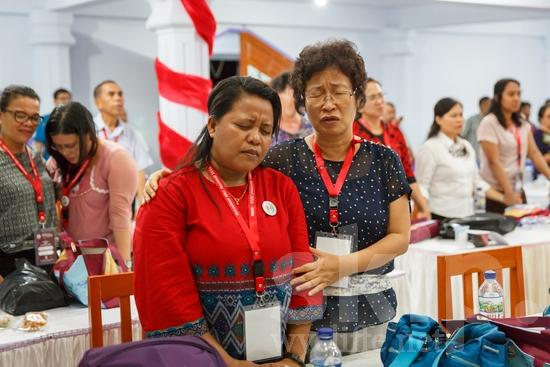 Asia;Asian;Asien;Believer;COUNTRY;Christian;Christianity;Church;Community;Conference;Eye-glasses;Gathering;Indonesia;Indonesian;Indonesien;Indonésia;Indonésie;Indonésien;Indonésienne;L\'Asie;Man;PEOPLE;PLACE;Pray;RELIGION;Woman;Wycliffe;[ind];asiatique;asiática;asiático;chrétien;chrétienne;communauté, population;comunidad;comunidade;conferencia;conferência;conférence;crentes;creyentes;cristianas;cristianos;cristãos;cristãs;croyant;croyante;encontro;encuentro;femme;gafas;hombre;homem;homme;indonesa;indonés;indonésia;indonésio;lunettes;mujer;mulher;orar;prier;rassemblement;religião;religión;Ásia;óculos;Азия;Индонезия;アジア人;インドネシア人;ウイクリフ;カンファレンス;クリスチャン;コミュニティー;亚洲;亞洲人;信徒;信者;印尼;印尼土著;基督徒;大會;女人;女性;威克理夫;宗教;男人;男性;眼鏡;社區;祈り;禱告;聚會;集まり;아시아;인도네시아