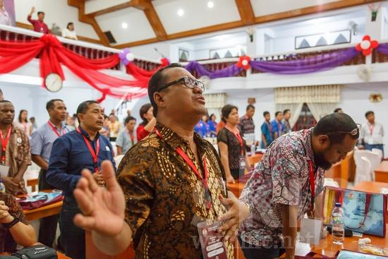 Asia;Asian;Asien;Believer;COUNTRY;Christian;Christianity;Church;Community;Conference;Eye-glasses;Gathering;Hand;Indonesia;Indonesian;Indonesien;Indonésia;Indonésie;Indonésien;Indonésienne;L\'Asie;Man;PEOPLE;PLACE;Pray;RELIGION;Woman;Worship;Wycliffe;[ind];asiatique;asiática;asiático;chrétien;chrétienne;communauté, population;comunidad;comunidade;conferencia;conferência;conférence;crentes;creyentes;cristianas;cristianos;cristãos;cristãs;croyant;croyante;encontro;encuentro;femme;gafas;hombre;homem;homme;indonesa;indonés;indonésia;indonésio;lunettes;main;mano;mujer;mulher;mão;orar;prier;rassemblement;religião;religión;Ásia;óculos;Азия;Индонезия;アジア人;インドネシア人;ウイクリフ;カンファレンス;クリスチャン;コミュニティー;亚洲;亞洲人;信徒;信者;印尼;印尼土著;基督徒;大會;女人;女性;威克理夫;宗教;手;手(一隻);男人;男性;眼鏡;社區;祈り;禱告;聚會;集まり;아시아;인도네시아