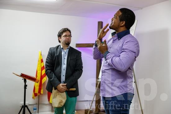(sordas);Believer;COUNTRY;Catalan Sign Language;Christian;Christianity;Church;Cross;Deaf;Espagne;Espanha;España;Europa;Europe;Eye-glasses;Flag;Hand;L\'Europe;Man;PEOPLE;PLACE;Pastor;Pray;Preacher;RELIGION;Sign Language;Sourd;Sourde;Spain;Spanien;Spanish;[csc];bandeira;bandera;chrétien;chrétienne;crentes;creyentes;cristianas;cristianos;cristãos;cristãs;croyant;croyante;drapeau;gafas;hombre;homem;homme;lunettes;main;mano;mão;orar;predicador;predicadora;pregador;pregadora;prier;prédicateur;religião;religión;sordos;surda;surdo;óculos;Европа;Испания;ろう者;クリスチャン;信徒;信者;傳道者;基督徒;宗教;手;手(一隻);旗;欧洲;男人;男性;眼鏡;祈り;禱告;聾人;西班牙;説教者;에스파냐;유럽