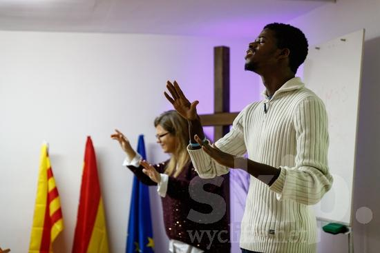 (sordas);Believer;COUNTRY;Catalan Sign Language;Christian;Christianity;Church;Cross;Deaf;Espagne;Espanha;España;Europa;Europe;Eye-glasses;Flag;Hand;L\'Europe;Man;PEOPLE;PLACE;RELIGION;Sign Language;Sourd;Sourde;Spain;Spanien;Spanish;Woman;Worship;[csc];bandeira;bandera;chrétien;chrétienne;crentes;creyentes;cristianas;cristianos;cristãos;cristãs;croyant;croyante;drapeau;femme;gafas;hombre;homem;homme;lunettes;main;mano;mujer;mulher;mão;religião;religión;sordos;surda;surdo;óculos;Европа;Испания;ろう者;クリスチャン;信徒;信者;基督徒;女人;女性;宗教;手;手(一隻);旗;欧洲;男人;男性;眼鏡;聾人;西班牙;에스파냐;유럽
