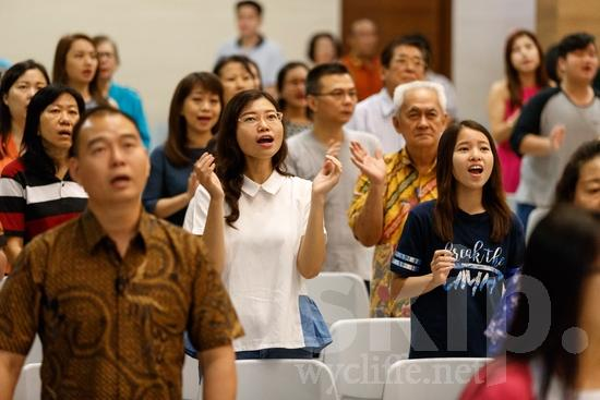 Asia;Asian;Asien;Believer;COUNTRY;Christian;Christianity;Church;Eye-glasses;Hand;Indonesia;Indonesian;Indonesien;Indonésia;Indonésie;Indonésien;Indonésienne;L\'Asie;Man;PEOPLE;PLACE;RELIGION;Sing;Woman;Worship;[ind];asiatique;asiática;asiático;cantar;chanter;chrétien;chrétienne;crentes;creyentes;cristianas;cristianos;cristãos;cristãs;croyant;croyante;femme;gafas;hombre;homem;homme;indonesa;indonés;indonésia;indonésio;lunettes;main;mano;mujer;mulher;mão;religião;religión;Ásia;óculos;Азия;Индонезия;アジア人;インドネシア人;クリスチャン;亚洲;亞洲人;信徒;信者;印尼;印尼土著;唱歌;基督徒;女人;女性;宗教;手;手(一隻);歌う;男人;男性;眼鏡;아시아;인도네시아