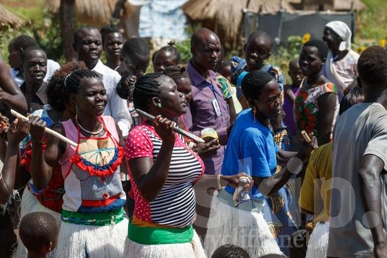 chanson;Africa;African;Afrika;Believer;COUNTRY;Christian;Christianity;Community;Dance;L\'Afrique;Man;Ouganda;PEOPLE;PLACE;RELIGION;Rural;Sing;Smile;Song;Uganda;Woman;Worship;Wycliffe;africain;africaine;africana;africano;canción;cantar;canção;chant, cantique;chanter;chrétien;chrétienne;communauté, population;comunidad;comunidade;crentes;creyentes;cristianas;cristianos;cristãos;cristãs;croyant;croyante;danse;danza;dança;femme;hombre;homem;homme;mujer;mulher;religião;religión;sonreír;sorriso;sourire;{kbo};África;Африка;Уганда;アフリカ人;ウイクリフ;クリスチャン;コミュニティー;ダンス;乌干达;信徒;信者;唱歌;基督徒;女人;女性;威克理夫;宗教;微笑;歌;歌う;歌曲;田舎;男人;男性;社區;笑顔;跳舞;郊區;非洲;非洲人;아프리카;우간다