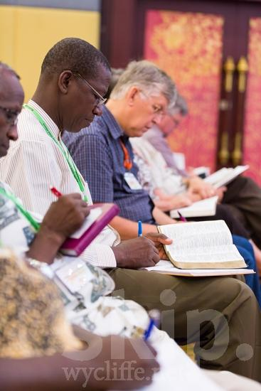 African;American;Bible;Biblia;Bíblia;Ghanian;ICON;Kenyan;Look!2012;Man;North American;SIL International Conference;Wycliffe Global Gathering;africain;africaine;africana;africano;hombre;homem;homme;writing;アフリカ人;男人;男性;非洲人