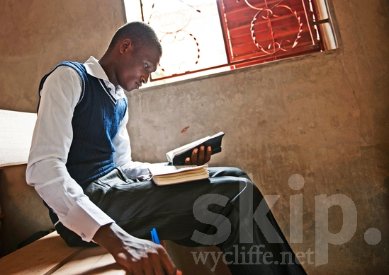 Africa;African;Literacy;Man;Manjak;Multilingual;Sedhiou;Senegal;Senegalese;africain;africaine;africana;africano;alfabetización;alfabetização;church;hombre;homem;homme;lectura;lecture;leitura;multilingue;multilingüe;multilíngue;reading;window;アフリカ人;多言語;多語;男人;男性;読書;閱讀;非洲人