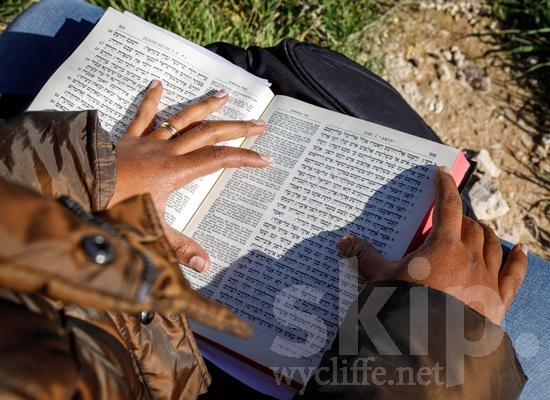 Bible;Bible Reading;Book;COUNTRY;Hand;Israel;Israël;Leitura da Bíblia;PEOPLE;Reading;Woman;Wycliffe;femme;lectura;lectura de la Biblia;lecture;lecture biblique;leitura;libro;livre;livro;main;mano;mujer;mulher;mão;Израйль;ウイクリフ;以色列;女人;女性;威克理夫;手;手(一隻);書;本;聖書朗読;聖經閱讀;読書;閱讀;이스라엘