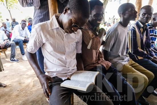 Africa;African;Afrika;Believer;Bible Reading;COUNTRY;Christian;Christianity;Church;L\'Afrique;Leitura da Bíblia;Man;Ouganda;PEOPLE;PLACE;Pastor;RELIGION;Reading;Uganda;Wycliffe;africain;africaine;africana;africano;chrétien;chrétienne;crentes;creyentes;cristianas;cristianos;cristãos;cristãs;croyant;croyante;hombre;homem;homme;lectura;lectura de la Biblia;lecture;lecture biblique;leitura;religião;religión;{kbo};África;Африка;Уганда;アフリカ人;ウイクリフ;クリスチャン;乌干达;信徒;信者;基督徒;威克理夫;宗教;男人;男性;聖書朗読;聖經閱讀;読書;閱讀;非洲;非洲人;아프리카;우간다