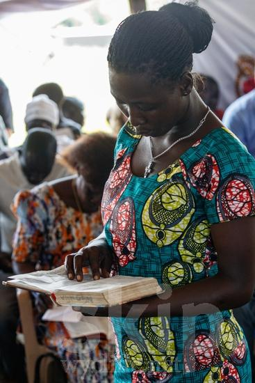 Africa;African;Afrika;Believer;Bible;Bible Reading;Book;COUNTRY;Christian;Christianity;Church;L\'Afrique;Leitura da Bíblia;Ouganda;PEOPLE;PLACE;RELIGION;Reading;Uganda;Woman;Wycliffe;africain;africaine;africana;africano;chrétien;chrétienne;crentes;creyentes;cristianas;cristianos;cristãos;cristãs;croyant;croyante;femme;lectura;lectura de la Biblia;lecture;lecture biblique;leitura;libro;livre;livro;mujer;mulher;religião;religión;{kbo};África;Африка;Уганда;アフリカ人;ウイクリフ;クリスチャン;乌干达;信徒;信者;基督徒;女人;女性;威克理夫;宗教;書;本;聖書朗読;聖經閱讀;読書;閱讀;非洲;非洲人;아프리카;우간다