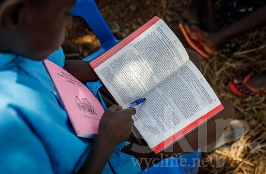 Africa;African;Afrika;Believer;Bible;Bible Reading;Book;Boy;COUNTRY;Child;Christian;Christianity;Escritura;L\'Afrique;Leitura da Bíblia;New Testament;Nouveau Testament;Novo Testamento;Nuevo Testamento;Ouganda;PEOPLE;RELIGION;Reading;Sagrada Escritura;Scripture;Text;Uganda;Wycliffe;Youth;africain;africaine;africana;africano;chrétien;chrétienne;crentes;creyentes;criança;cristianas;cristianos;cristãos;cristãs;croyant;croyante;enfant;garçon;jeunesse;juventud;juventude;lectura;lectura de la Biblia;lecture;lecture biblique;leitura;libro;livre;livro;menino;niña;niño;religião;religión;texte;texte biblique;texto;{kbo};África;Африка;Уганда;アフリカ人;ウイクリフ;クリスチャン;乌干达;信徒;信者;兒童(一人);基督徒;威克理夫;子供;宗教;年少;文本;文章;新約聖書;新約聖經;書;本;男の子;男孩;經文;聖句;聖書朗読;聖經閱讀;若者;読書;閱讀;非洲;非洲人;아프리카;우간다