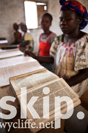 Bible;Bible-School;Central African;Female;French;Gbaya-Bossangoa;Scripture;Woman;fra;gbp;notebook;reading;studying;women