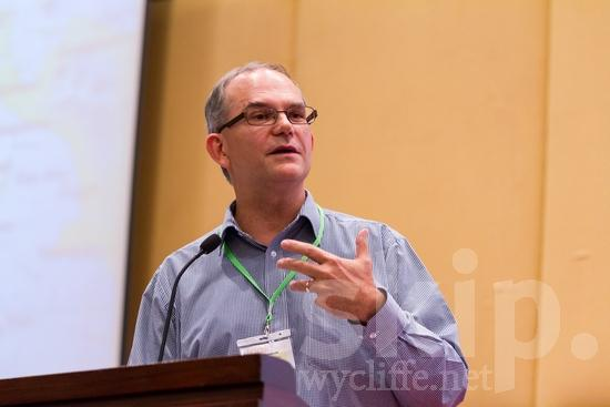 Australian;ICON;Look!2012;Man;SIL International Conference;Wycliffe Global Gathering;glasses;hombre;homem;homme;talking;男人;男性