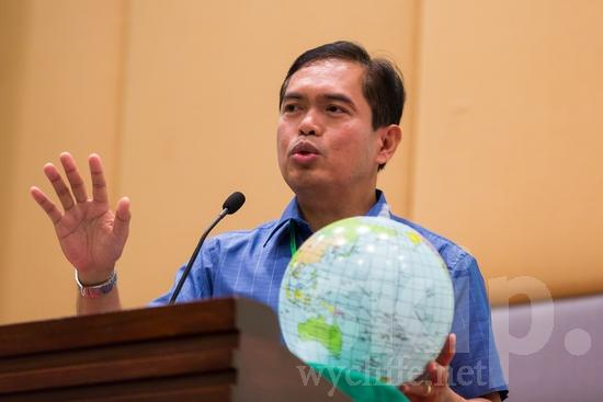 Asian;Filipino;ICON;Look!2012;Man;SIL International Conference;Wycliffe Global Gathering;hombre;homem;homme;talking;男人;男性