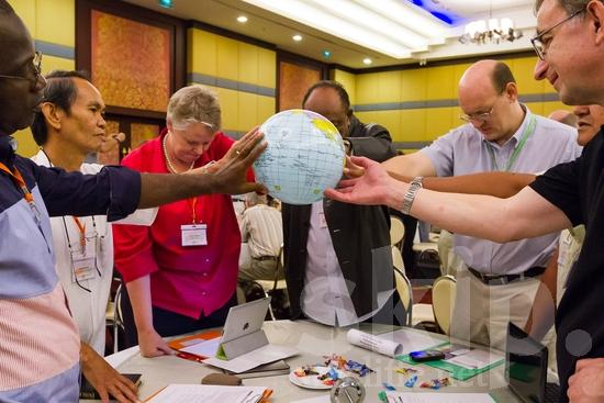 American;Asian;Filipino;Hand;ICON;Look!2012;Man;North American;SIL International Conference;Wycliffe Global Gathering;hombre;homem;homme;main;mano;mão;pray;woman;手;手(一隻);男人;男性