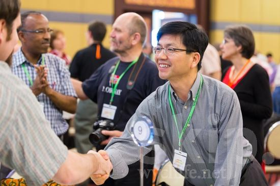 Asian;ICON;Korean;Look!2012;Man;SIL International Conference;Wycliffe Global Gathering;hand shake;hombre;homem;homme;smile;男人;男性