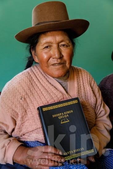 Believer;Bible;Book;Building;COUNTRY;Christian;Christianity;Church;Clothing;Hat;PEOPLE;PLACE;Peru;Peruvian;Perú;Portrait;Pérou;Quechua;RELIGION;Smile;South America;South American;Student;TITLE;Traditional Dress;Woman;Wycliffe;[que];bâtiment;chapeau;chapéu;chrétien;chrétienne;costume traditionnel;crentes;creyentes;cristianas;cristianos;cristãos;cristãs;croyant;croyante;edificio (noun);femme;libro;livre;livro;mujer;mulher;o;portrait;prédio;religião;religión;retrato;ropa;sombrero;sonreír;sorriso;sourire;traje típico;vestuário;vêtement;Перу;ウイクリフ;クリスチャン;ポートレート;人像;信徒;信者;傳統服飾;基督徒;女人;女性;威克理夫;宗教;帽子;建物;建築物;微笑;書;服;本;民族衣装;秘鲁;笑顔;衣服;페루