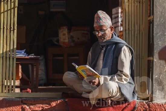 Asia;Asian;Asien;Beard;Hat;Hinduism;L\'Asie;Man;Nepal;Nepalese;Népal;Portrait;Reading;Sitting;Traditional Clothing;Urban;asiatique;asiática;asiático;hindou;hindoue;hindu;hindú;hombre;homem;homme;lectura;lecture;leitura;religião;religión;Ásia;Азия;Непал;アジア人;ヒンズー教;亚洲;亞洲人;印度教徒;宗教;尼泊尔;男人;男性;読書;閱讀;네팔;아시아