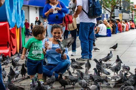 Central America;Costa Rica;San Jose;child;mother;smile;street photography;woman