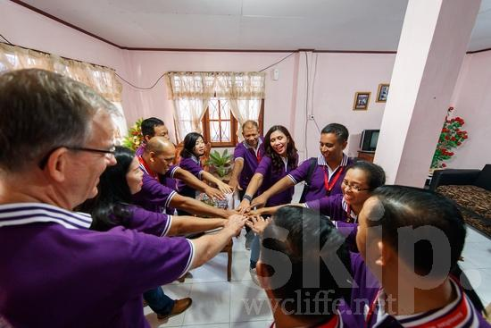 Asia;Asian;Asien;Believer;COUNTRY;Christian;Christianity;Church;Community;Conference;Eye-glasses;Gathering;Hand;Holding Hands;Indonesia;Indonesian;Indonesien;Indonésia;Indonésie;Indonésien;Indonésienne;L\'Asie;Man;PEOPLE;PLACE;RELIGION;Smile;Woman;Wycliffe;[ind];asiatique;asiática;asiático;chrétien;chrétienne;communauté, population;comunidad;comunidade;conferencia;conferência;conférence;crentes;creyentes;cristianas;cristianos;cristãos;cristãs;croyant;croyante;de mãos dadas;encontro;encuentro;femme;gafas;hombre;homem;homme;indonesa;indonés;indonésia;indonésio;lunettes;main;mano;mujer;mulher;mão;rassemblement;religião;religión;sonreír;sorriso;sourire;tomarse de la mano;Ásia;óculos;Азия;Индонезия;アジア人;インドネシア人;ウイクリフ;カンファレンス;クリスチャン;コミュニティー;亚洲;亞洲人;信徒;信者;印尼;印尼土著;基督徒;大會;女人;女性;威克理夫;宗教;微笑;手;手を繋ぐ;手牽手;手(一隻);男人;男性;眼鏡;社區;笑顔;聚會;集まり;아시아;인도네시아