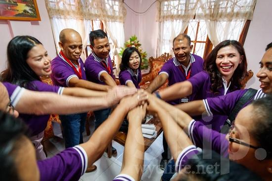 Asia;Asian;Asien;Believer;COUNTRY;Christian;Christianity;Church;Community;Conference;Gathering;Hand;Holding Hands;Indonesia;Indonesian;Indonesien;Indonésia;Indonésie;Indonésien;Indonésienne;L\'Asie;Man;PEOPLE;PLACE;RELIGION;Smile;Woman;Wycliffe;[ind];asiatique;asiática;asiático;chrétien;chrétienne;communauté, population;comunidad;comunidade;conferencia;conferência;conférence;crentes;creyentes;cristianas;cristianos;cristãos;cristãs;croyant;croyante;de mãos dadas;encontro;encuentro;femme;hombre;homem;homme;indonesa;indonés;indonésia;indonésio;main;mano;mujer;mulher;mão;rassemblement;religião;religión;sonreír;sorriso;sourire;tomarse de la mano;Ásia;Азия;Индонезия;アジア人;インドネシア人;ウイクリフ;カンファレンス;クリスチャン;コミュニティー;亚洲;亞洲人;信徒;信者;印尼;印尼土著;基督徒;大會;女人;女性;威克理夫;宗教;微笑;手;手を繋ぐ;手牽手;手(一隻);男人;男性;社區;笑顔;聚會;集まり;아시아;인도네시아