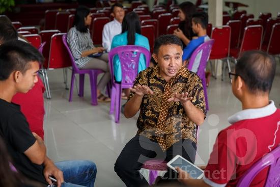 Asia;Asian;Asien;Believer;COUNTRY;Christian;Christianity;Church;Hand;Indonesia;Indonesian;Indonesien;Indonésia;Indonésie;Indonésien;Indonésienne;L\'Asie;Man;PEOPLE;PLACE;Phone;RELIGION;Technology;Woman;Young;Youth;[ind];asiatique;asiática;asiático;chrétien;chrétienne;crentes;creyentes;cristianas;cristianos;cristãos;cristãs;croyant;croyante;femme;hombre;homem;homme;indonesa;indonés;indonésia;indonésio;jeune;jeunesse;jovem;joven;juventud;juventude;main;mano;mujer;mulher;mão;religião;religión;telefone;teléfono;téléphone;Ásia;Азия;Индонезия;アジア人;インドネシア人;クリスチャン;亚洲;亞洲人;信徒;信者;印尼;印尼土著;基督徒;女人;女性;宗教;年少;年輕;手;手(一隻);男人;男性;若い;若者;電話;아시아;인도네시아