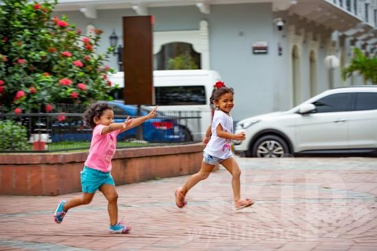 Central America;Panama City;girls;playing;running;street photography