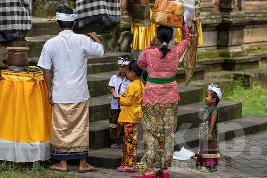 Hat;Hinduism;Man;PEOPLE;PLACE;RELIGION;Temple;Woman;chapeau;chapéu;femme;hombre;homem;homme;mujer;mulher;o;religião;religión;sombrero;女人;女性;宗教;帽子;男人;男性