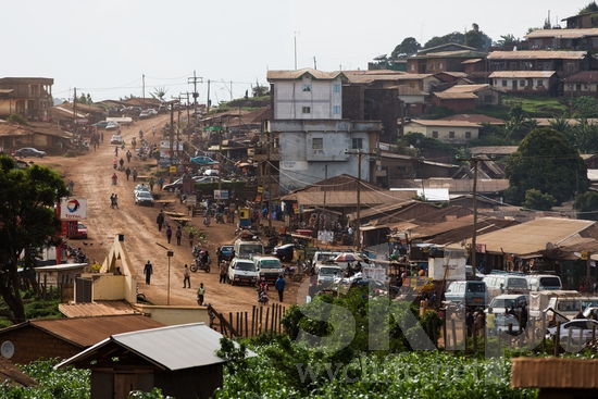 Africa;CMR;Cameroonian;buses;businesses;camino;cars;estrada;houses;motorcycle;northwest;road;route;town;walking;道;道路