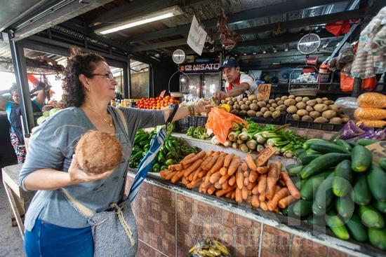Central America;Panama City;buy;food;fruits;man;market;sell;street photography;vegetables;woman