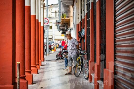 Central America;Panama City;bicycle;man;street photography