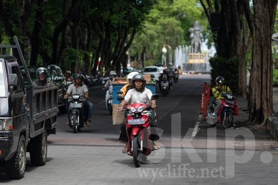 City;PEOPLE;PLACE;Scooter;Transportation;Woman;cidade;ciudad;femme;mujer;mulher;transporte;ville;交通工具;交通手段;城巿;女人;女性;街