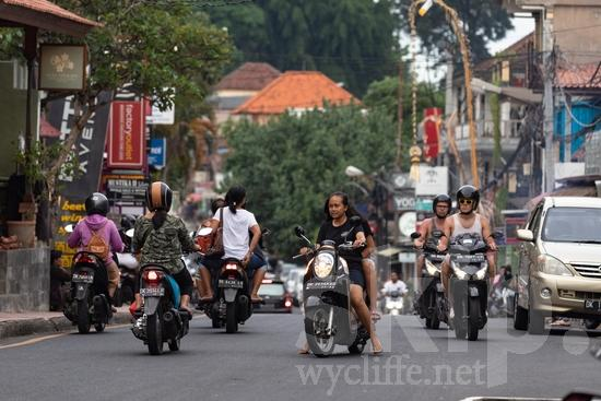 City;PEOPLE;PLACE;Road;Scooter;Street;Transportation;Woman;calle;camino;cidade;ciudad;estrada;femme;mujer;mulher;route;rua;rue;transporte;ville;ストリート;交通工具;交通手段;城巿;女人;女性;街;街道;道;道路