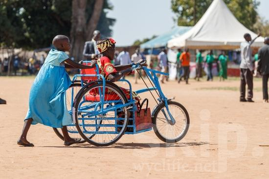 Africa;African;Afrika;Believer;Bicycle;COUNTRY;Child;Christian;Christianity;Girl;L\'Afrique;Ouganda;PEOPLE;RELIGION;Transportation;Uganda;Woman;Youth;africain;africaine;africana;africano;bicicleta;bicyclette;chrétien;chrétienne;crentes;creyentes;criança;cristianas;cristianos;cristãos;cristãs;croyant;croyante;enfant;femme;fille;jeunesse;juventud;juventude;menina;mujer;mulher;niña;niño;religião;religión;transporte;{kbo};África;Африка;Уганда;アフリカ人;クリスチャン;乌干达;交通工具;交通手段;信徒;信者;兒童(一人);單車;基督徒;女の子;女人;女孩;女性;子供;宗教;年少;自転車;若者;非洲;非洲人;아프리카;우간다